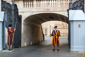 Famous Swiss Guard guarding the entrance to the Vatican City in  — Stock Photo