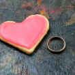 Foto Stock: Valentine cookies in shape of heart with golden ring