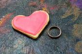 Valentine sušenky ve tvaru srdce s zlatý prsten — Stock fotografie