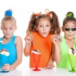 Children eating icecream sundae treats — Foto Stock