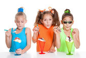 Children eating icecream sundae treats — Stock Photo