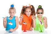 Children eating icecream sundae treats — Stock Photo