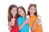 Niños bebiendo bebidas lácteas — Foto de Stock