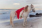 романтическая женщина на лошади на пляже — Стоковое фото