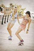 Summer fun healthy girls with skateboards. — Stock Photo