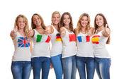 Internacionales jóvenes con banderas en camisetas — Foto de Stock