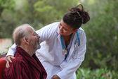 医者患者の世話 — ストック写真