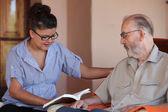 Lectura compañero o granchild al padre o abuelo — Foto de Stock