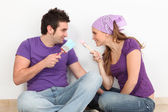 Young couple painting and decorating new home — Foto Stock