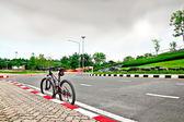 Vélo de montagne sur la rue de la ville — Photo