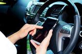Women using smart phone in the car — Stockfoto