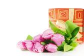 Roses, tulipes et boîte de cadeau, il est isolé sur blanc — Photo