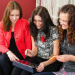 Young beautiful women make purchases on the Internet at home — Stockfoto