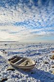 Połów Łódka na brzegu morza popołudnie słoneczny zimowy — Zdjęcie stockowe