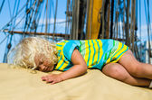The little girl fell asleep on the deck of a sailboat — Stock Photo