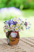 庭のテーブルのデイジーの花束。夏の背景 — ストック写真