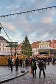 People enjoy Christmas market in Tallinn — 图库照片