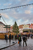 People enjoy Christmas market in Tallinn — ストック写真