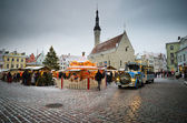 People enjoy Christmas market in Tallinn — Stockfoto