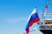 ロシア国旗は船尾の古い帆船で飛ぶ — ストック写真
