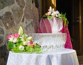Ramo de flores y copas de vino para una tabla de la boda — Foto de Stock