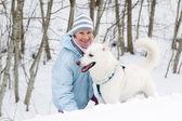 有一只狗在冬天在步行中的女人 — 图库照片