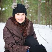 Portret van de charmante jonge vrouw in winter in openlucht — Stockfoto