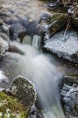Небольшой ручей с водопадом крупным планом — Стоковое фото