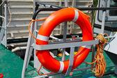Koło ratunkowe na statku pod naprawy stoczni — Zdjęcie stockowe