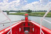 Fören på nytt rött fartyg i hamnen — Stockfoto