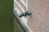 Gargoyle in het kasteel muur heeswijk. nederland — Stockfoto