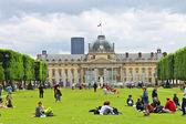 Parisians and tourists on lawn Champs de Mars in Paris. France — Stock Photo