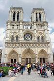 Toeristen in de buurt van notre dame de paris. frankrijk — Stockfoto