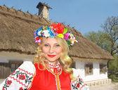 Bella ragazza ucraina nazionale abiti vicino la casa rurale accostata — Foto Stock