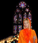 Jovem mulher com um lenço vermelho na igreja — Fotografia Stock