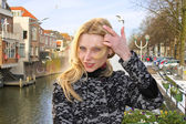 Girl on the waterfront in the Dutch town of Gorinchem. Netherlan — Stock Photo