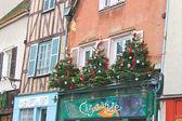árboles de navidad decorativos en la fachada de una casa en chartres, francia — Foto de Stock