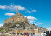 Tourists on the way to the abbey of Mont Saint Michel. Normandy, — Stock Photo