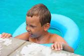 Preschool boy swims in pool on summer vacations — Fotografia Stock