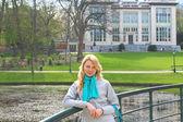 Mooi meisje op een brug in een park in brussel — Stockfoto