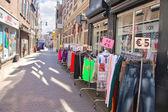 Sprzedaż ubrań na ulicy w dordrecht, Holandia — Zdjęcie stockowe