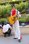 Actor dressed as Elvis Presley poses for the camera in Las Vegas — Stock Photo
