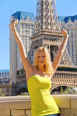 Vacation in Las Vegas. Joyful girl on a background of Paris Hote — Stock Photo