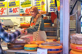 Selling cheese on the market in Delft, Netherlands — Stock Photo