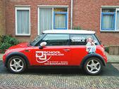 реклама на автомобиль, который стоит на улице в городе gorinchem. n — Стоковое фото