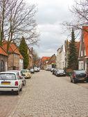 автомобили на улице в голландском городе heusden. — Стоковое фото