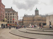 People on the Dam Square in front of  Amsterdam Royal Palace . N — Stock Photo