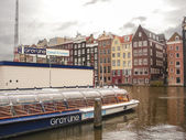 Pleasure boat near the pier in  Amsterdam . Netherlands — Stock fotografie