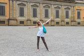Attractive girl near the Palazzo Pitti in the Boboli gardens, Fl — Stock Photo