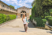 Attractive girl near the grotto Buontalenti in the Boboli garden — Stockfoto